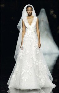 abito da sposa con pizzo scollo a v- Daniele Panareo Fotografo matrimoni a Lecce