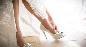 abito da sposa con scarpe alte - Daniele Panareo Fotografo matrimoni a Lecce