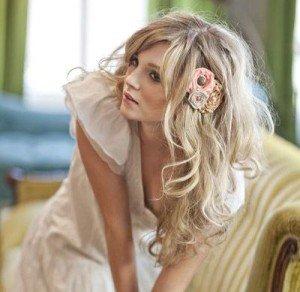 Acconciatura sposa capelli sciolti con fermaglio e fiore - Daniele Panareo Fotografo matrimonialista Lecce