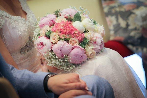 il bouquet sposa classico con peonie rivisitato - Daniele Panareo fotografo di matrimoni a Lecce e provincia