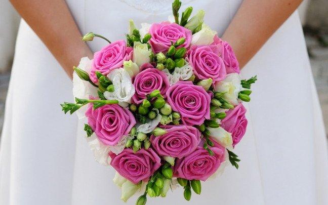 il bouquet sposa di rose appariscente - Daniele Panareo fotografo di matrimoni a Lecce e provincia