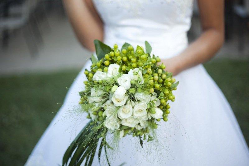 il bouquet sposa non solo fiori ma anche bacche - Daniele Panareo fotografo di matrimoni a Lecce e provincia