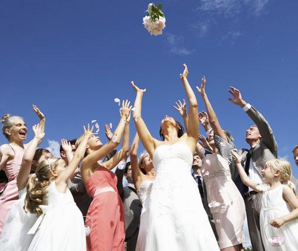 il lancio del bouquet alle damigelle e amiche - Daniele Panareo fotografo di matrimoni a Lecce e provincia