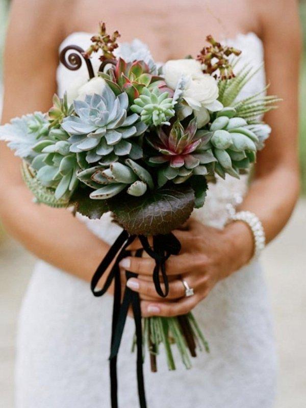 intorno al bouquet echeveria - Daniele Panareo fotografo di matrimoni a Lecce e provincia