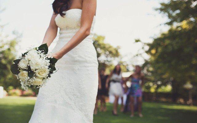 lancio del bouquet primo piano sposa - Daniele Panareo fotografo di matrimoni a Lecce e provincia