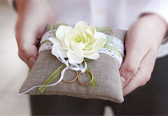 Portafedi nuziali con fiori